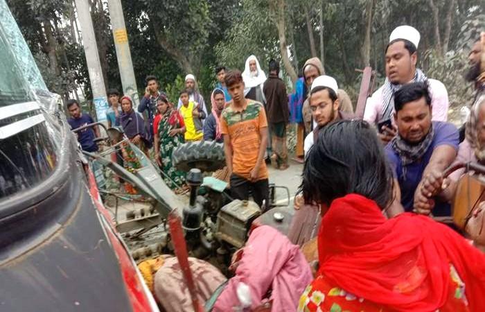 বাসচাপায় গৌরীপুরে প্রাণ গেল মা-ছেলেসহ ৪ জনের