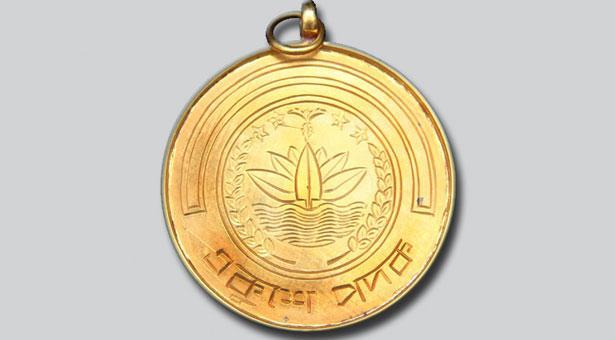একুশে পদকপ্রাপ্তদের পুরস্কার দিচ্ছেন প্রধানমন্ত্রী