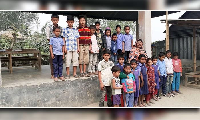যমুনা গর্ভে স্কুল ঘর, মাছের বাজারে চলছে পাঠদান