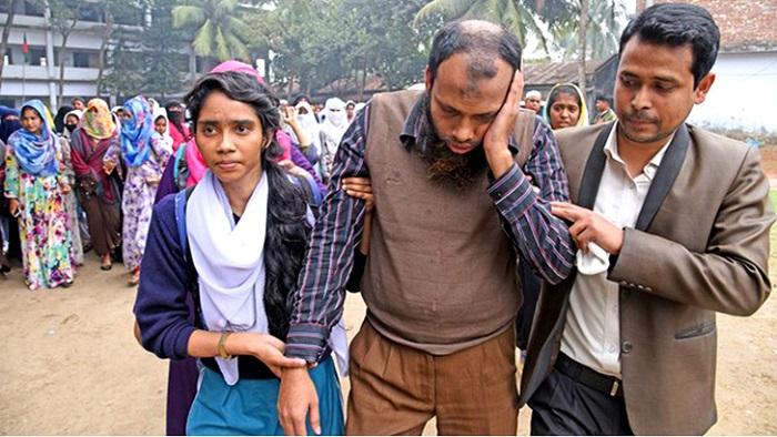 মহিলা কলেজের ক্লাসে ছাত্রলীগ নেতাকর্মীদের নিয়ে ঢুকে হা'মলা করল শিক্ষক