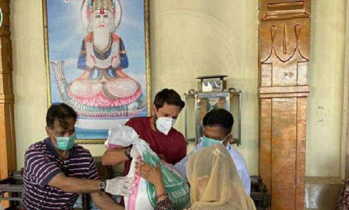হিন্দু মন্দিরে খাবার বিতরণ করে অনন্য নজির গড়লেন আফ্রিদি