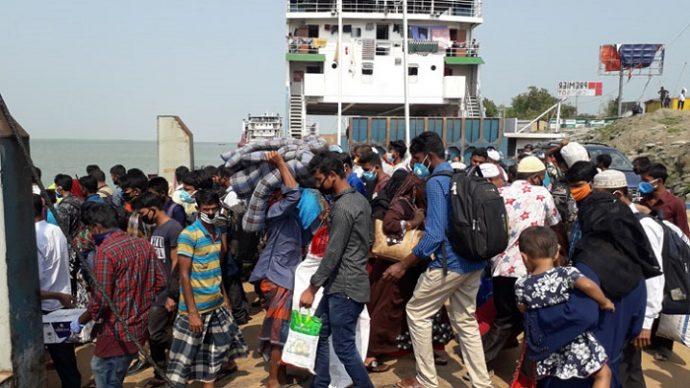 ঢাকামুখী যাত্রীদের ভিড় দৌলতদিয়া-শিমুলিয়া ঘাটে