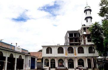 এপাশাপাশি দুইটা বিল্ডি-এ মসজিদ ও মন্দির