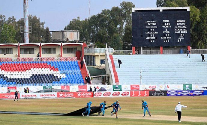পাকিস্তান দর্শক ফেরাচ্ছে ক্রিকেট মাঠে