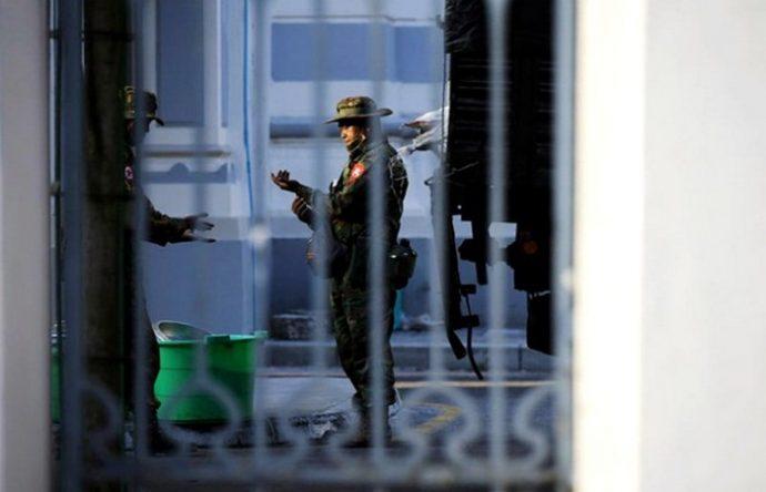সু চিকে আট'কের পর রাস্তায় রাস্তায় টহল দিচ্ছে সেনাবাহিনী